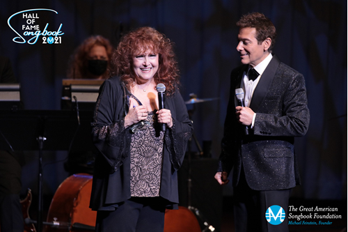 Melissa Manchester accepts Songbook Hall of Fame award from founder Michael Feinstein